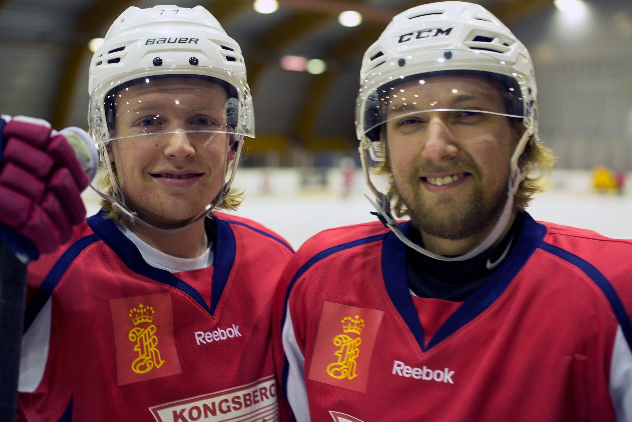 Blide gutter. Tarjei Eidem (18 år) og Christian Storfossene er stolte KIF-Hockey-gutter. Foto: Anniken Tangerud, 3600.no