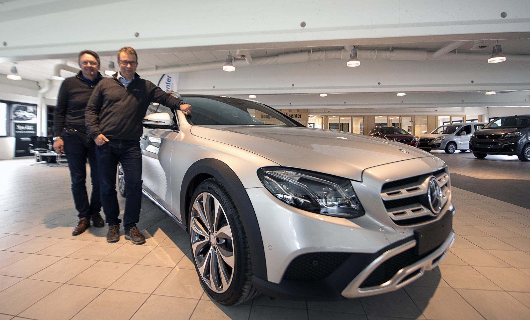Store forventninger: Daglig leder Roger Hagen og salgsansvarlig Leif Olsen hos Kongsberg Bilsenter har store forventninger til nye Mercedes E-Klasse All-Terrain. Foto: Bjørn Isaksen