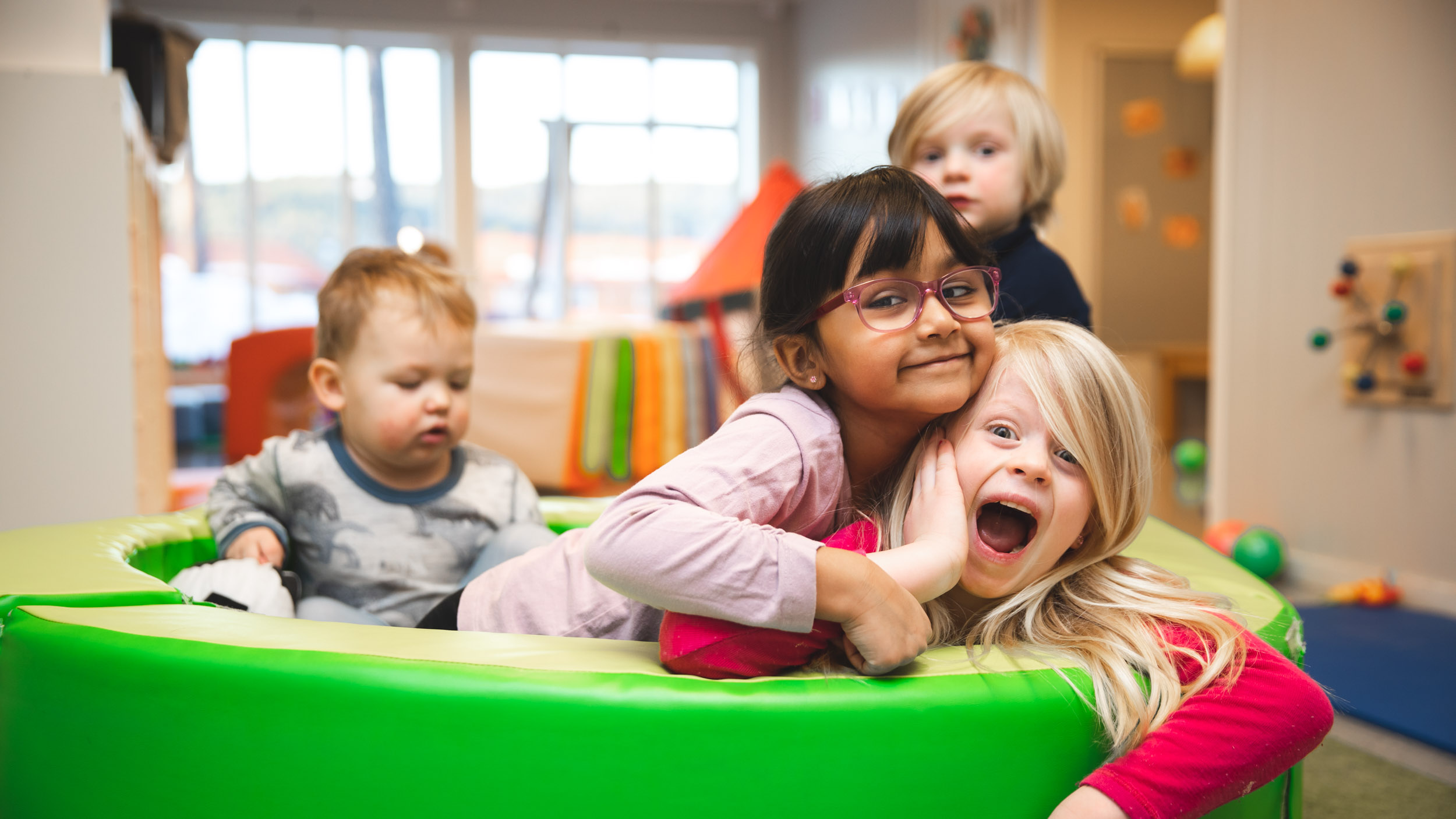 Barn som leker i Mormors Have barnehage