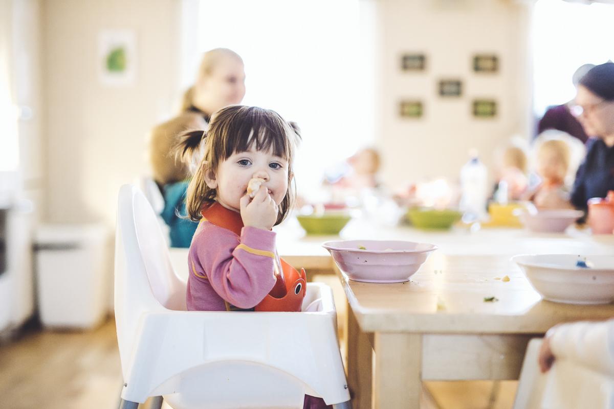 Barn som koser seg med maten i Langekjenntunet Barnehage