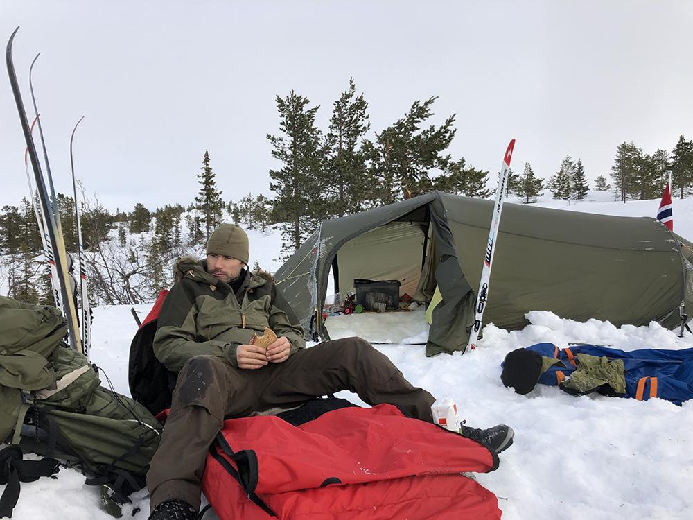 Andre Pedersen utenfor teltet