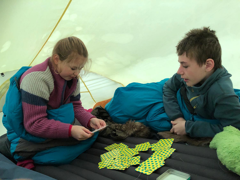 Kortspill i teltet