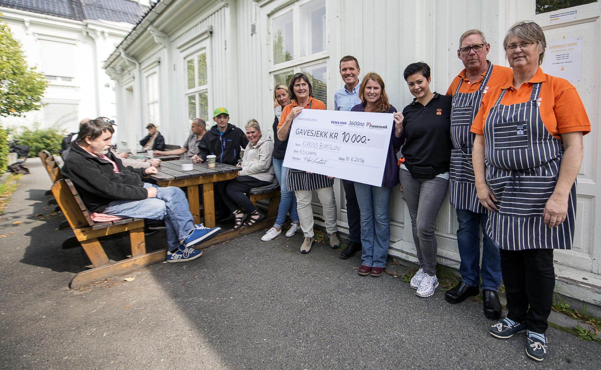 Robert Mederud overrekker 10.000 kroner til Kristin Røsholt og Kirkens Bymisjon. Foto: Bjørn Isaksen