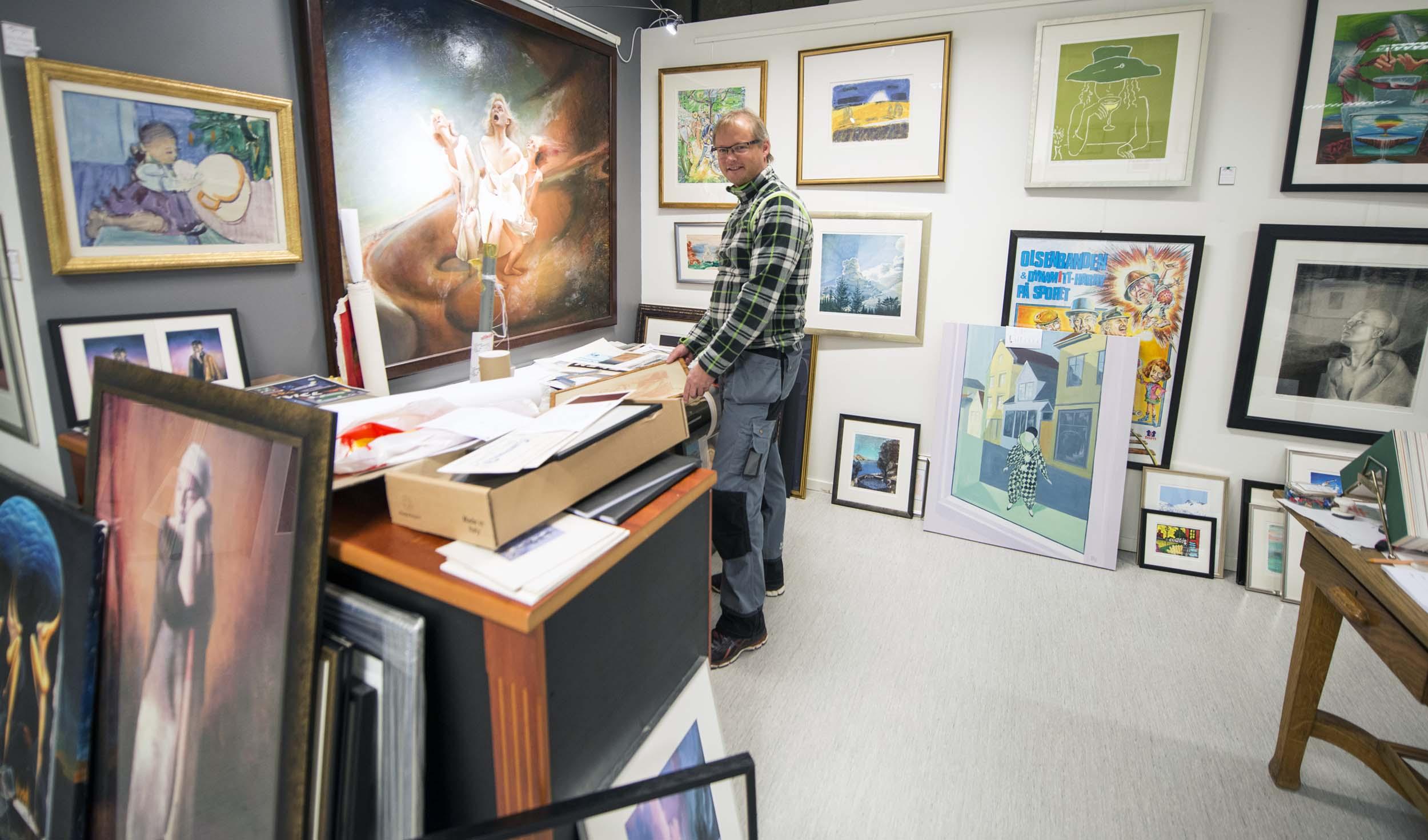 Ta vare på verdiene: Bent Hogstad opplever at kunst for millioner går tapt hvert år - på grunn av feil innramming. Foto: Bjørn Isaksen