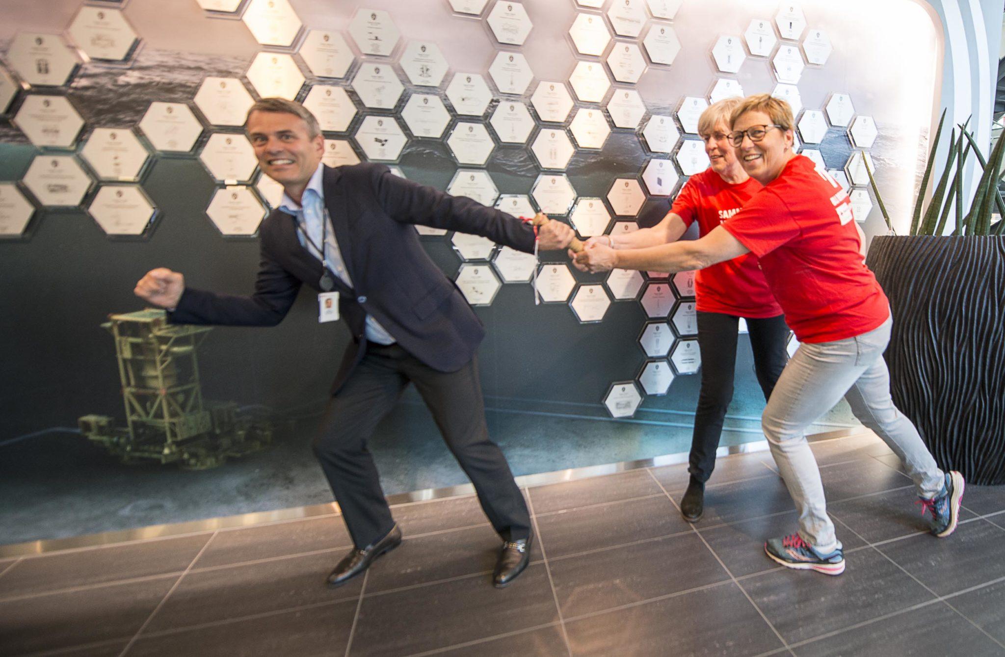 Administrerende direktør Rune Thoresen i FMC Kongsberg Subsea får stafettpinnen av Anne-Jenny Archer og Berit Kleven. Foto: Bjørn Isaksen