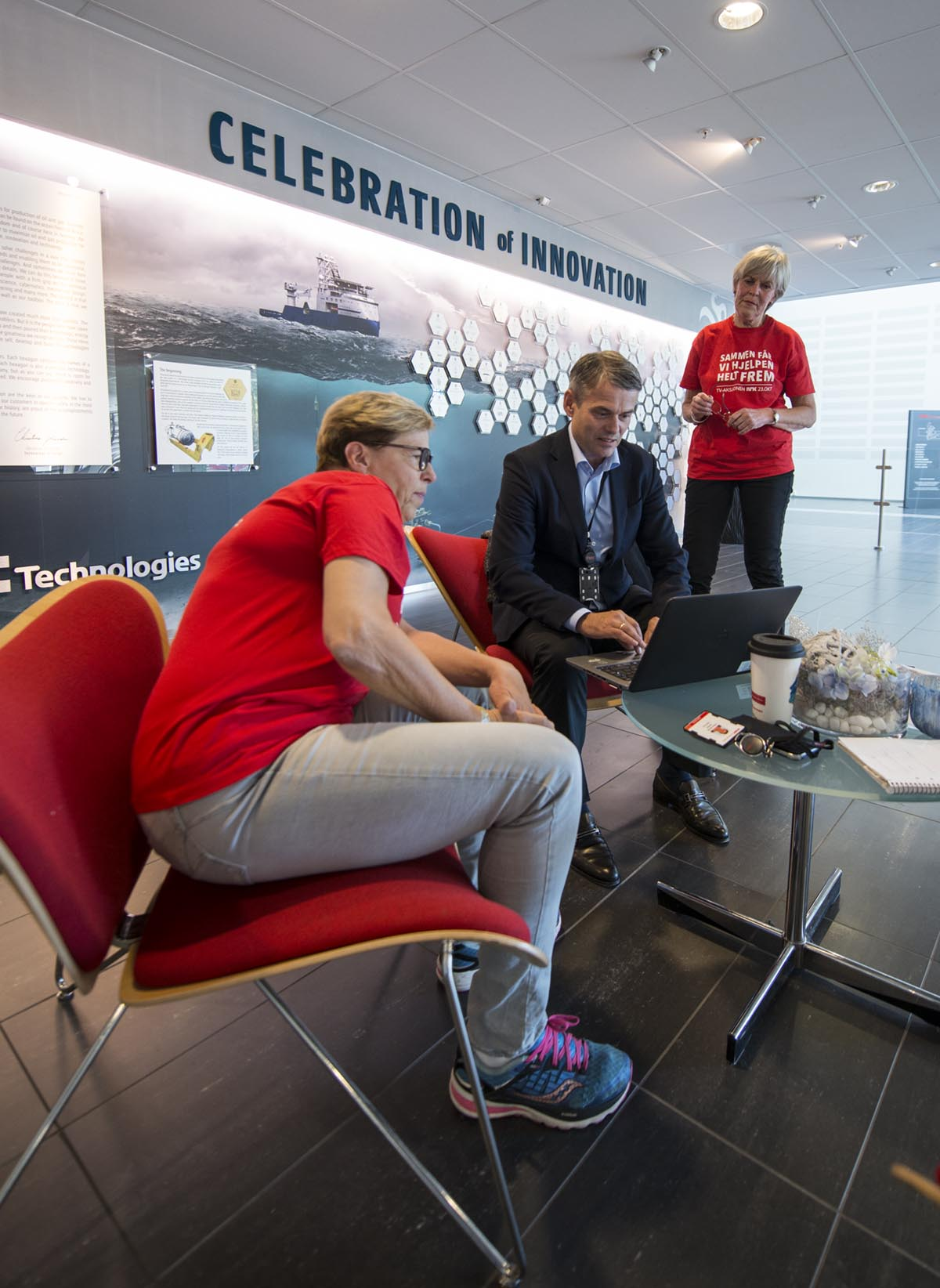 Administrerende direktør Rune Thoresen i FMC Kongsberg Subsea utfordrer nye givere sammen med Anne-Jenny Archer og Berit Kleven. Foto: Bjørn Isaksen
