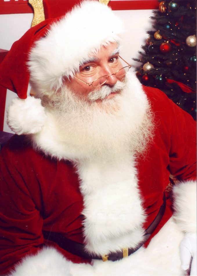 Julenissen opptrer i forbindelse med jula, i Skandinavia særlig på julaften. Skikkelsen blir gjerne framstilt som en eldre vennlig mann med kraftig hvitt skjegg og smilende øyne, ofte kledd i enten lang rød kappe eller en kort rød jakke.