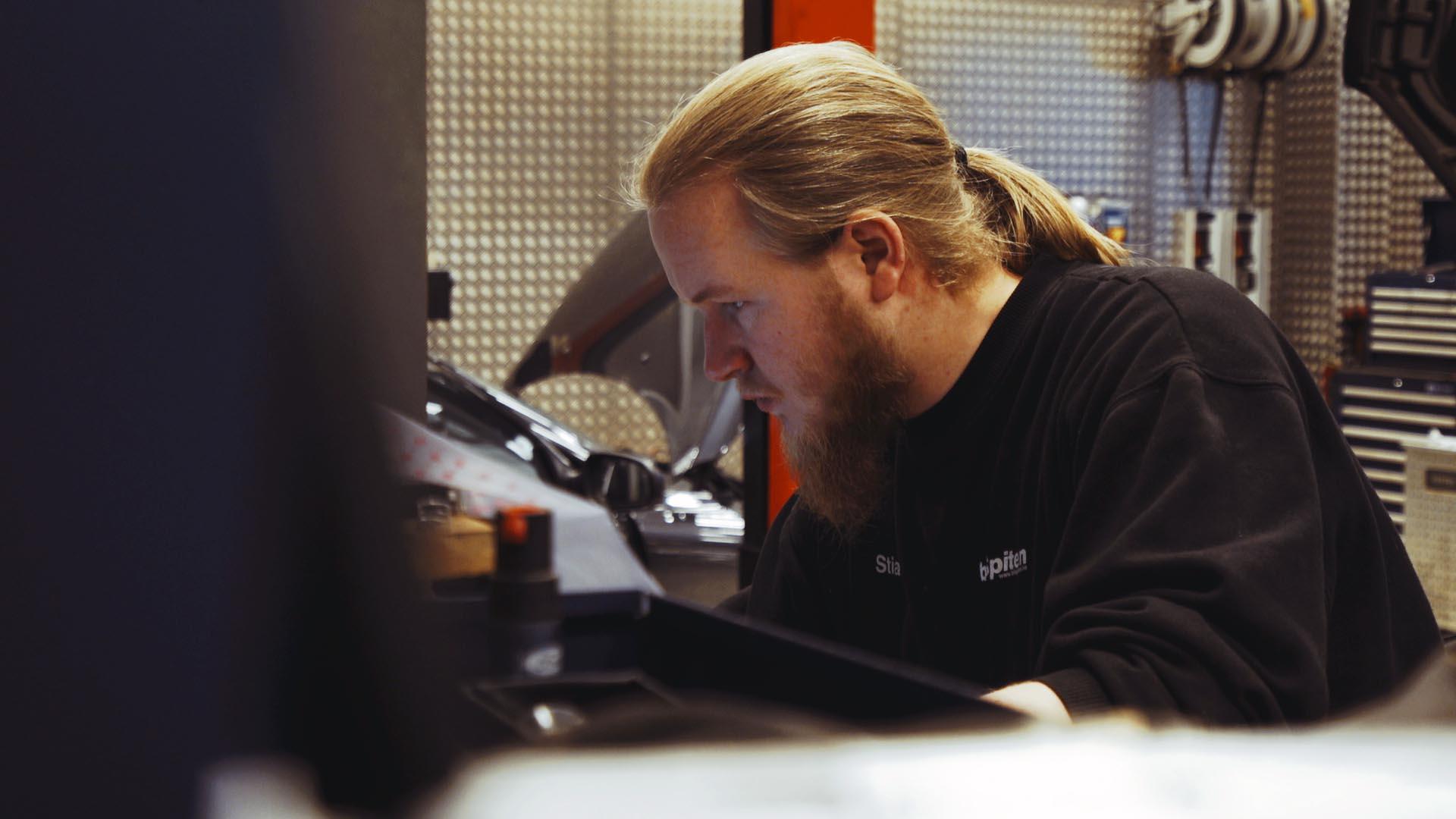 Stian Berntzen, servicetekniker hos bilSpiten. Foto: 3600.no
