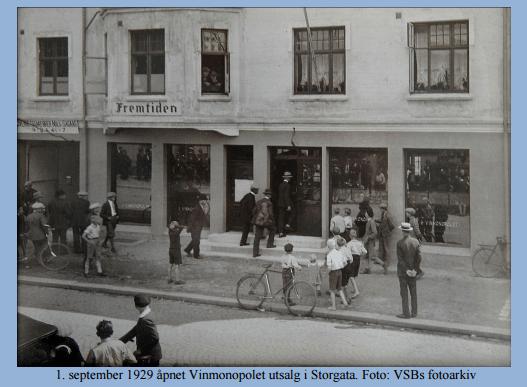 Apropos alkohol. Vinmonopolet har hatt utsalg to andre steder på Vestsiden også. Hvor lå de? (Bildet er fra utsalget i Heias gård i Storgata hvor de åpnet i 1929 og la ned i 1978).
