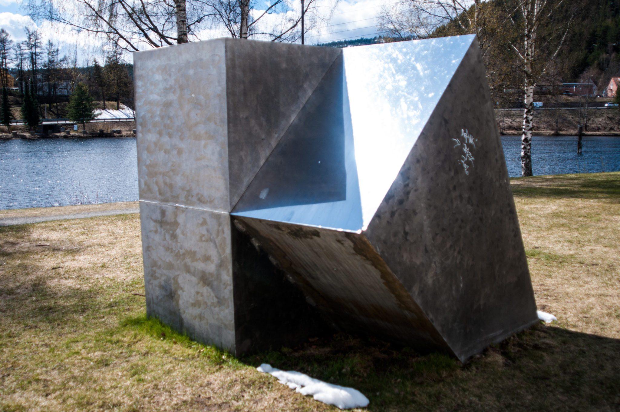 Denne moderne saken finner du i Magasinparken utenfor Tinius Olsens Skole. Vet du hva denne heter?
