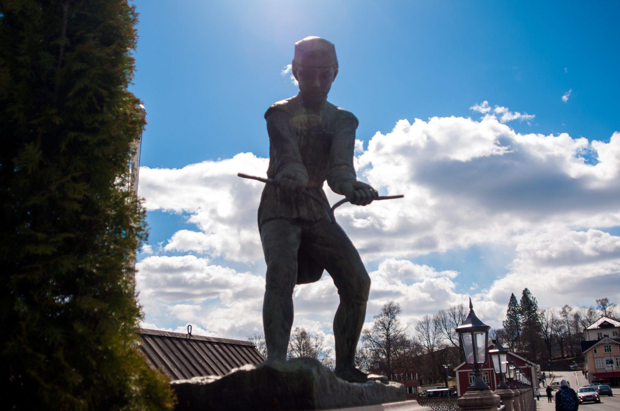 På Nybrua står det fire statuer. Hva heter denne?