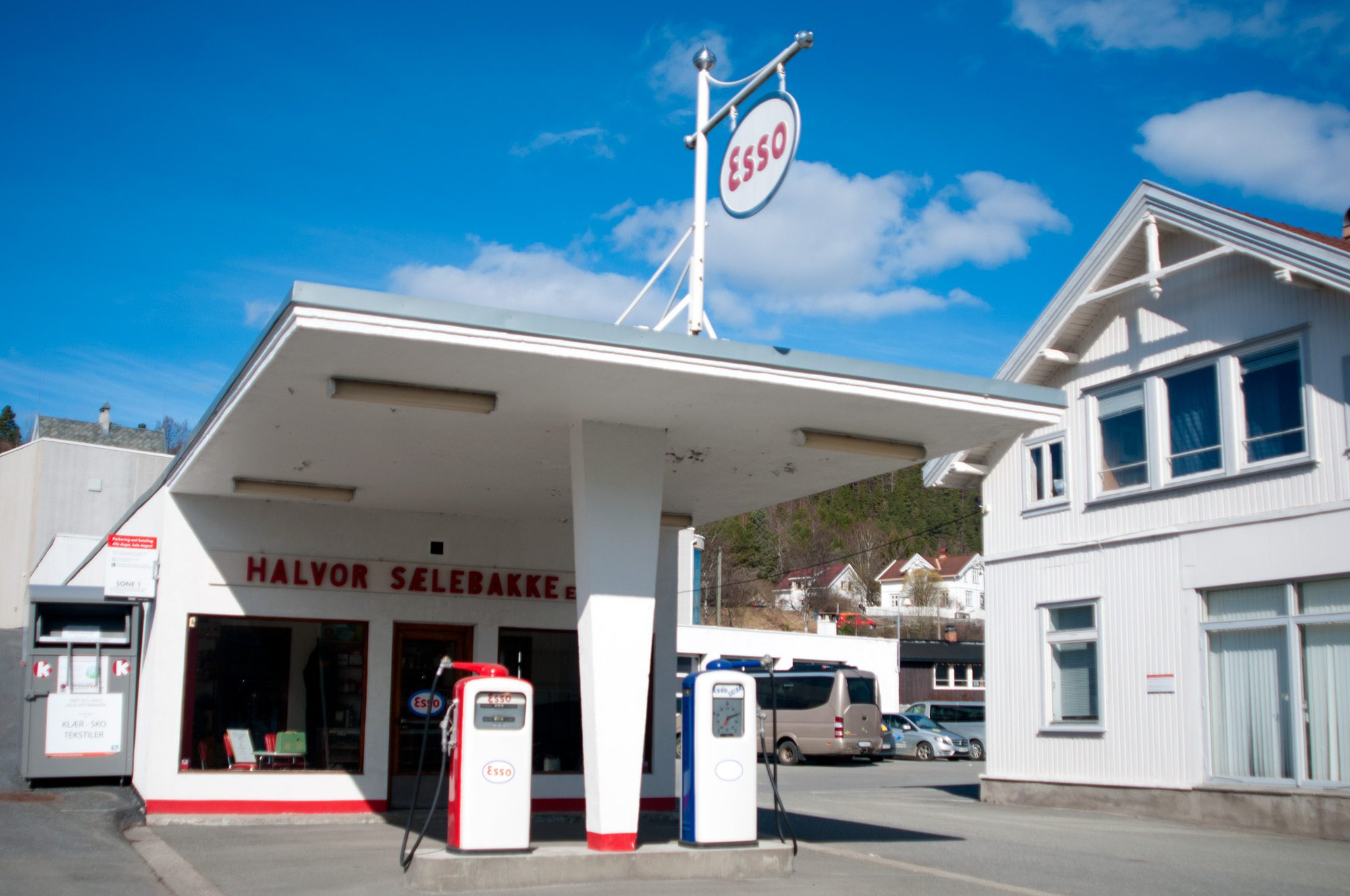 Hva heter veien hvor denne kjente og kjære bensinstasjonen ligger?