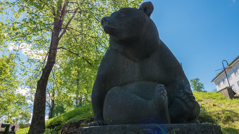 Vi hopper til Bjørnen som ikke sover, men passer på Klokkarbakken og Bjørneparken bak. Vet du hvem som har laget den?