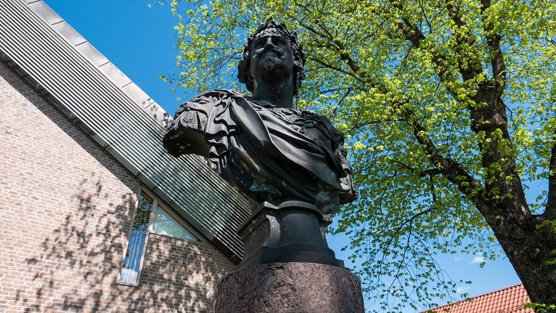 Vet du hvem som pryder den lille parken på høyre side av Borggården, Kongsberg Rådhus?