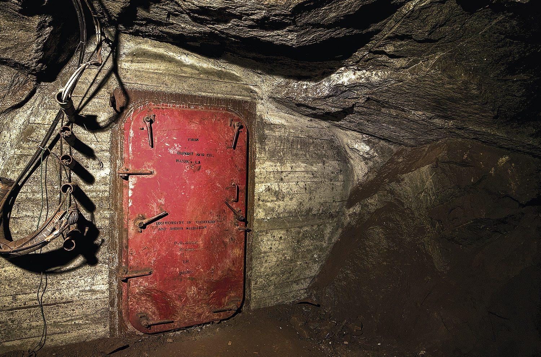 340 meter under jordoverflaten, 2.200 meter inne i Christian 7`s stoll, 100 meter før gruvetogets endestasjon i Kongens gruve, finnes det et lukket rom svært få mennesker vet om. Hva heter stasjonen?