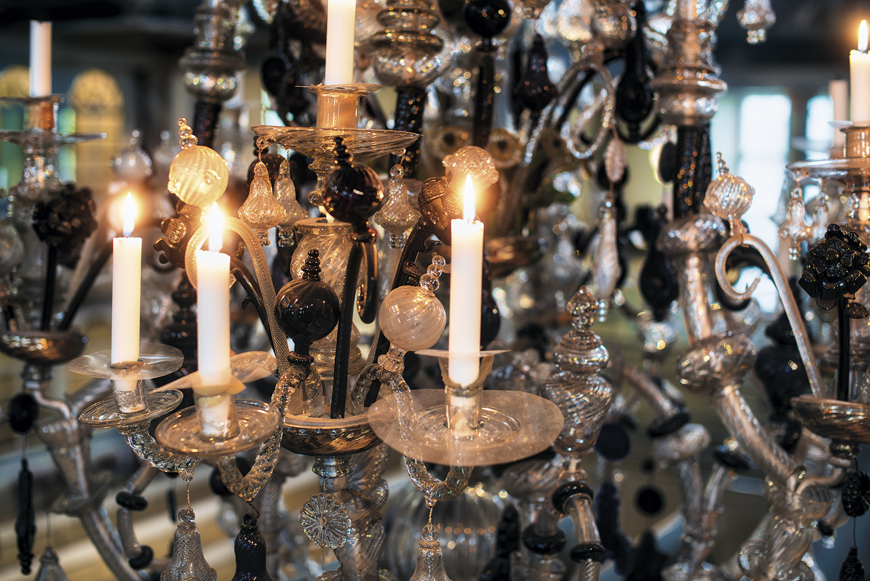 Hvem produserte lysekronene i Kongsberg Kirke?