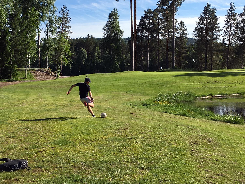 Hvor mange hull har fotballgolfbanen til Kongsberg Golfklubb?